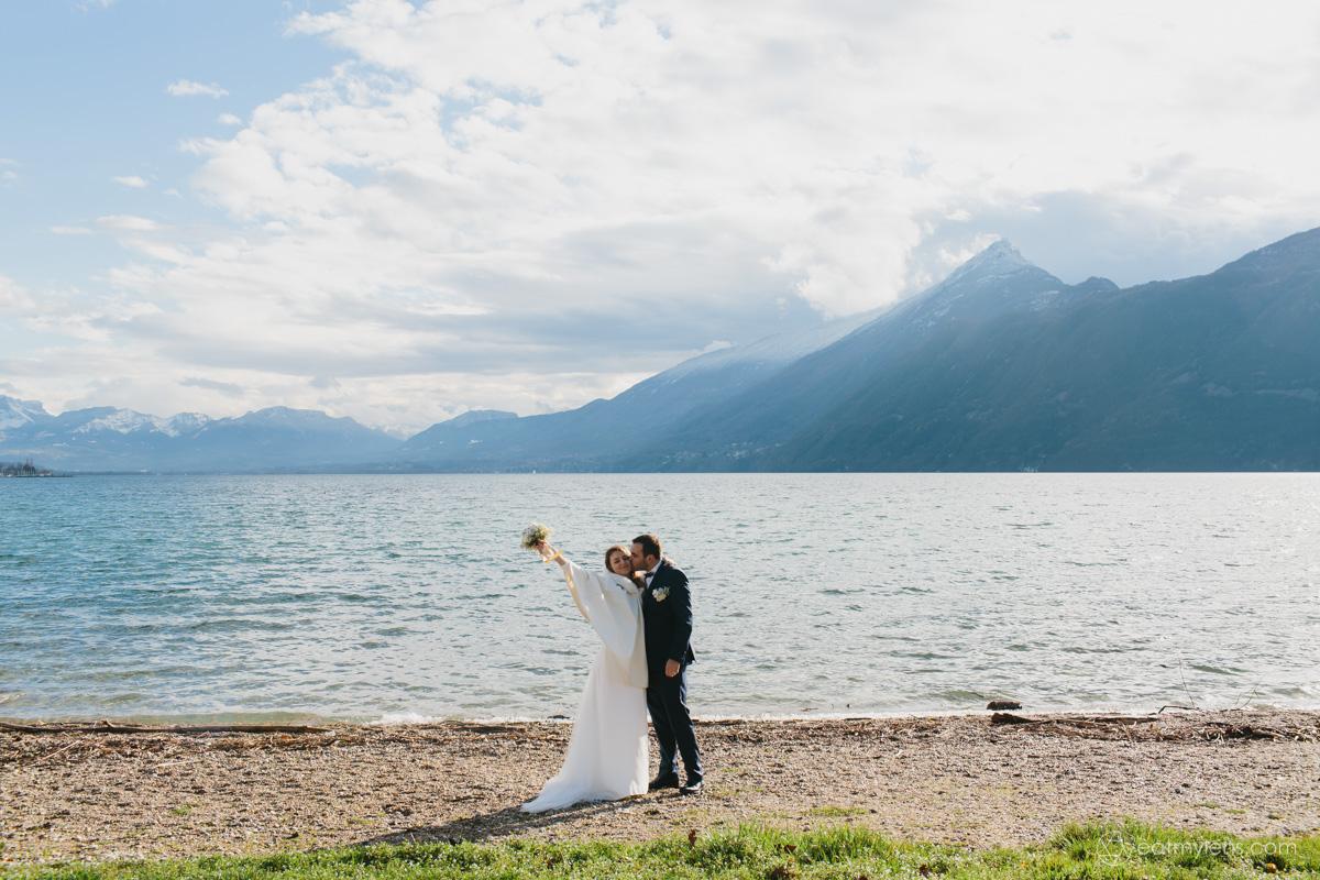 Mariés d'hiver au bord du lac